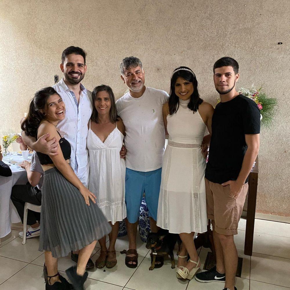 A família e o noivo (de camisa clara) da nova vereadora da Capital (Foto: Álbum de família)