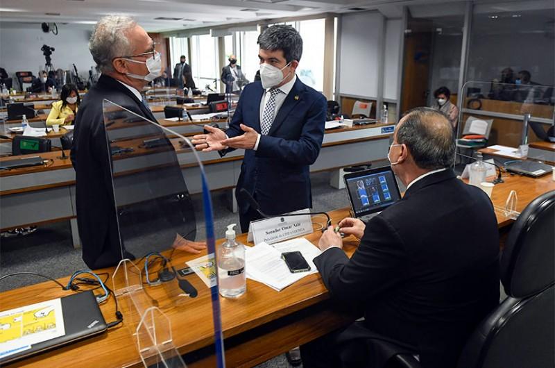 Para o relator, Renan Calheiros (à esq.), e o vice-presidente, Randolfe Rodrigues (centro), a CPI já reúne elementos para convocar o atual ministro da Defesa, general Walter Braga Netto, ex-chefe da Casa Civil
