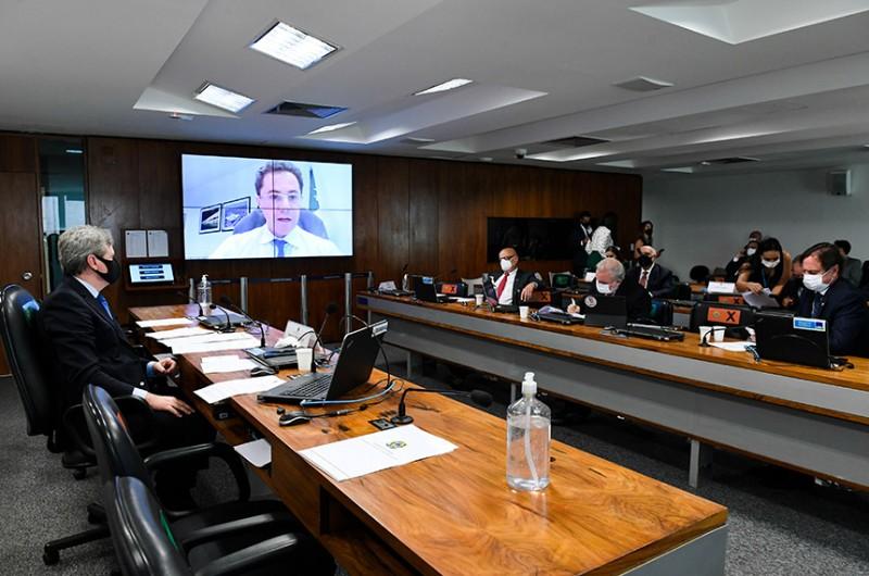 Relator, Veneziano (no telão) defende projeto na reunião da CI desta terça - Roque de Sá/Agência Senado