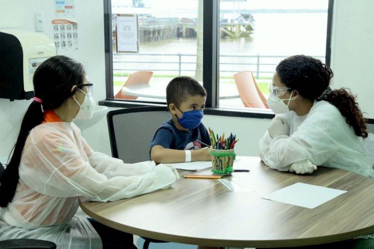 Profissionais de saúde atendem criança no Centro Integrado de Inclusão e Reabilitação em Belém (PA) - (Foto: Ricardo Amanajás/Agência Pará)