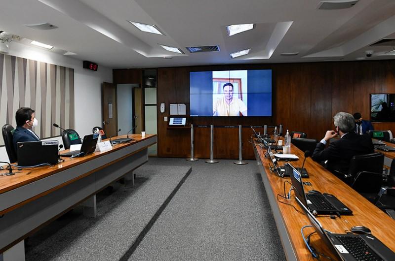 O relator, senador Styvenson Valentim (telão), leu o relatório nesta terça-feira (14). A votação foi adiada após pedido de vista do senador Marcos do Val - Roque de Sá/Agência Senado