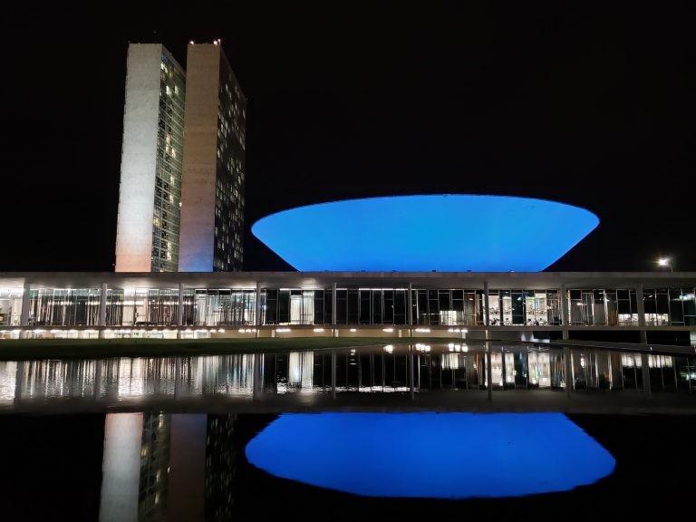 Cúpula da Câmara iluminada de azul - (Foto: Pierre Triboli/Câmara dos Deputados)