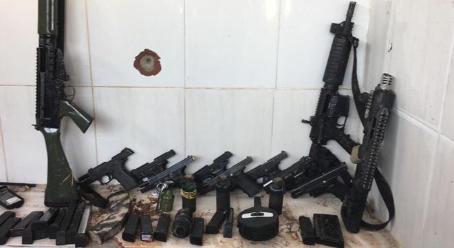 Armas apreendidas pela Polícia Militar durante operação em comunidades do RJ Divulgação PM-RJ