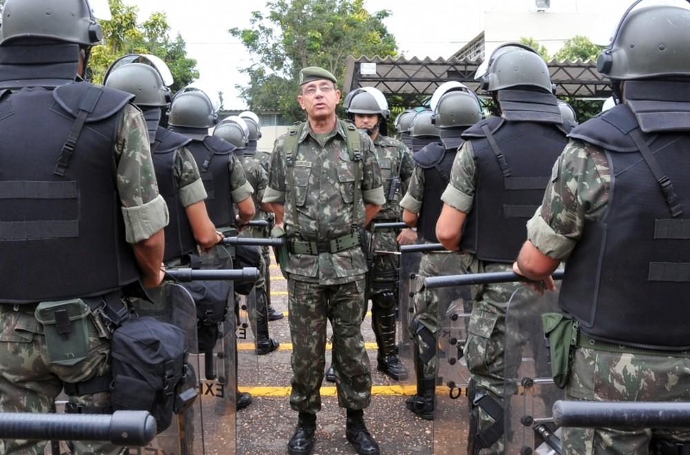 O general Jesus Corrêa durante revista em tropas do Exército — Foto: Agência Brasil