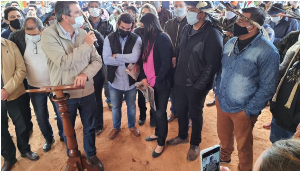 Imagem mostra aglomeração de políticos em aldeia indígena de Aquidauana. (Governo do Estado)