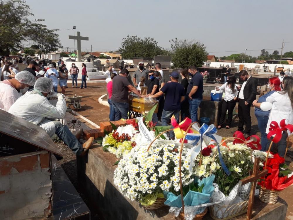 Enterro da técnica em enfermagem aconteceu no cemitério de Rio Brilhante; foto: Olimar Gamarra