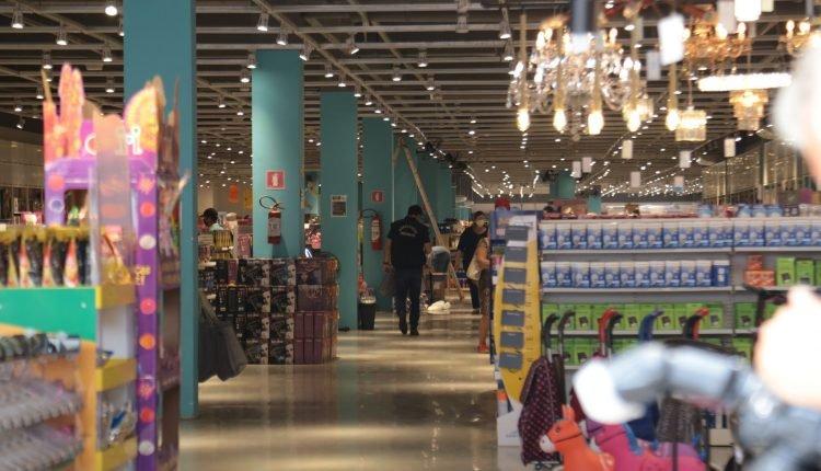 Equipes da Decon vistoriaram loja Mini Life, na Rua Dom Aquino (Foto: Henrique Arakaki, Midiamax)