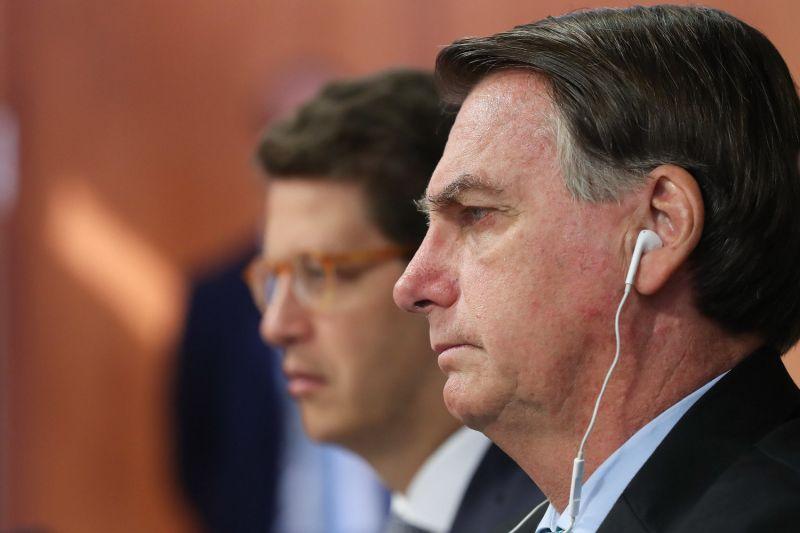 Bolsonaro falou ao lado do ministro Ricardo Salles - (Foto: Marcos Corrêa/PR - 22.04.2021)