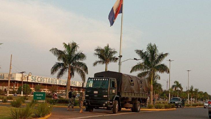 Soldados fizeram barreiras em frente ao Shopping China. (Foto: Marciano Cândia)
