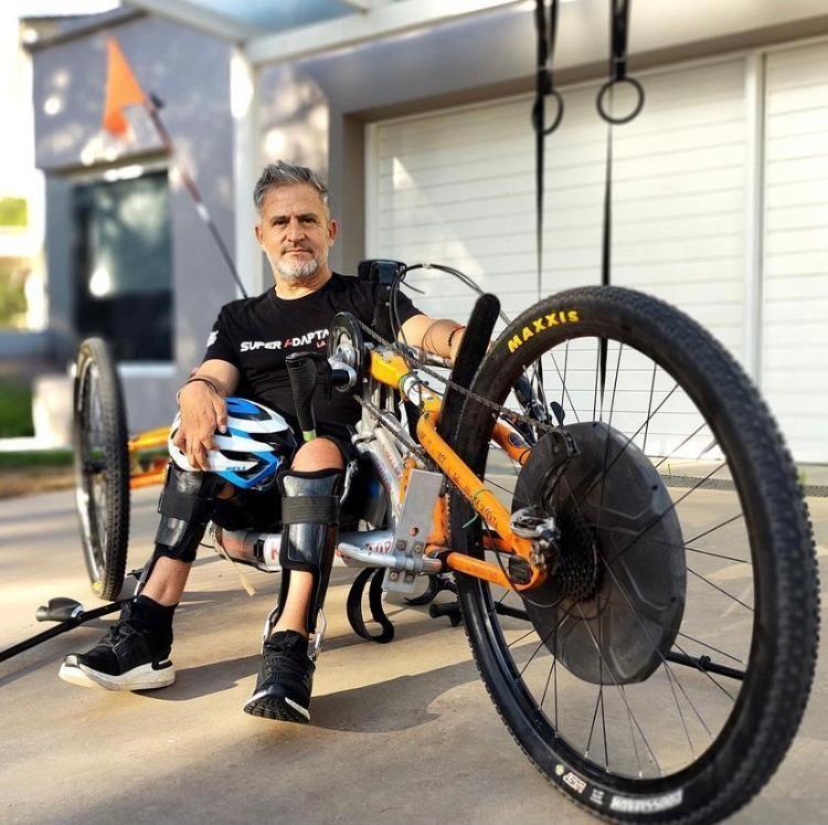 Jean Maggi em sua bicicleta adaptada que o levou ao topo do Himalaia - (Foto: Reprodução: Instagram)