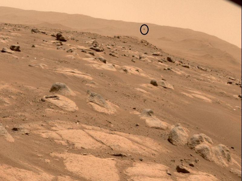 Na imagem feita pelo Perverance é possível ver o Ingenuity (no destaque) sobrevoando Marte - (Foto: Divulgação / NASA - JPL - 30.4.2021)