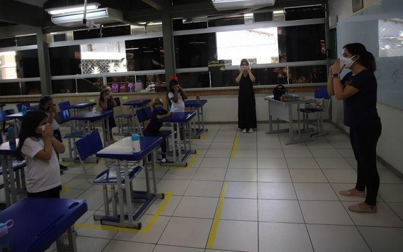 Professores recebem guia para auxiliar no planejamento de aulas no sistema híbrido - (Foto: ALEX DE JESUS/O TEMPO/ESTADÃO CONTEÚDO - 02.05.2021)