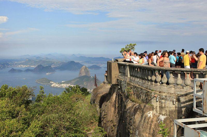 Turistas no Corcovado, no Rio, antes da pandemia: setor foi duramente atingido pela crise sanitária - Ricardo Carreon