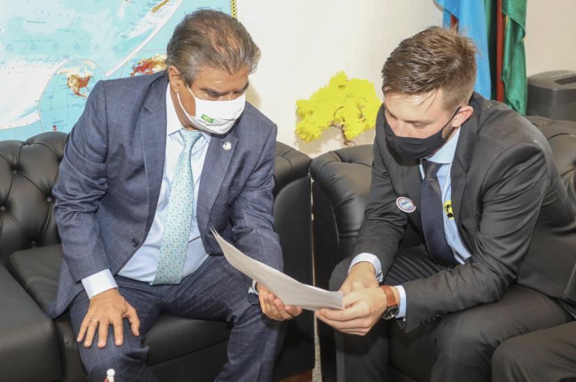 O prefeito eleito de Rio Brilhante, Lucas Foroni, durante audiência com o senador Nelsinho Trad.