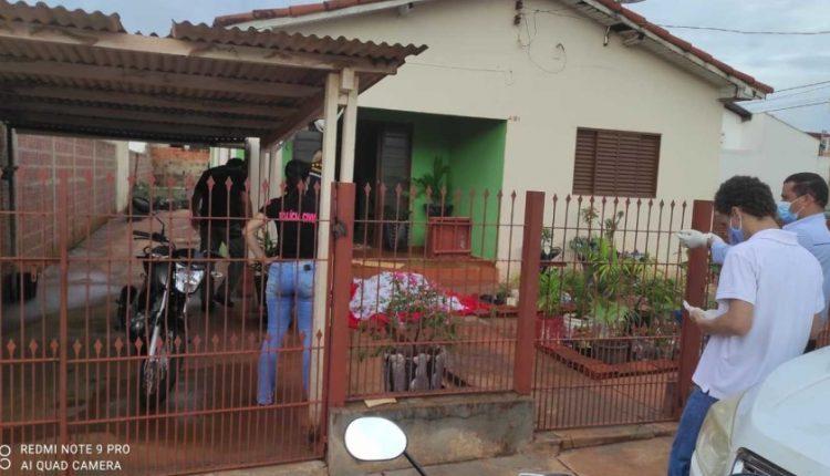 Mulher foi encontrada caída na varanda de residência. Imagem: Reprodução / JP News