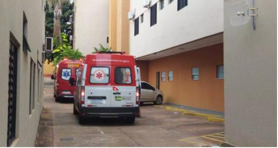 Viaturas do Corpo de Bombeiros e Samu (Serviço de Atendimento Móvel de Urgência) acionados por funcionários depois que hóspede foi encontrado caído em quarto (Foto: Direto das Ruas)