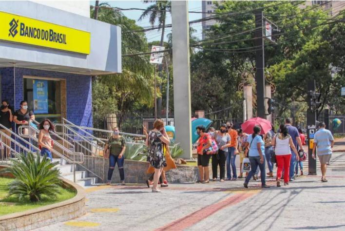 Clientes aguardam por atendimento do lado de fora de agência do Banco do Brasil na Capital (Foto: Marcos Maluf)
