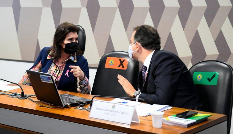 Simone Tebet e Rodrigo Pacheco durante reunião da CCJ (Foto: Marcos Oliveira/Agência Senado)
