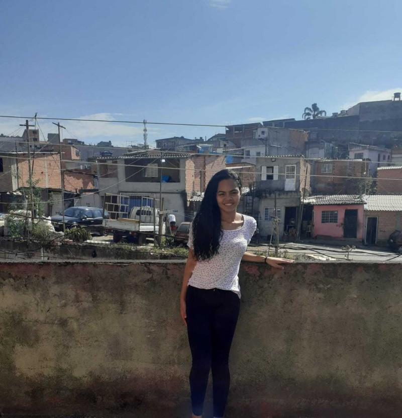Vitória Teixeira e a carta de aprovação na universidade do Catar - (Foto: Arquivo Pessoal)