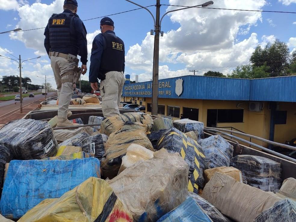 Policiais apreenderam mais de 29 toneladas de maconha escondidas em carga de milho em Rio Brilhante (MS), a maior apreensão da história da PRF no Brasil — Foto: PRF/Divulgação