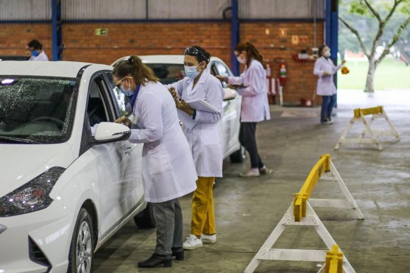 Professores e profissionais da Universidade Federal de Santa Maria recebem a vacina contra a covid-19 - (Foto: GABRIEL HAESBAERT/ISHOOT/ESTADÃO CONTEÚDO - 08.06.2021)