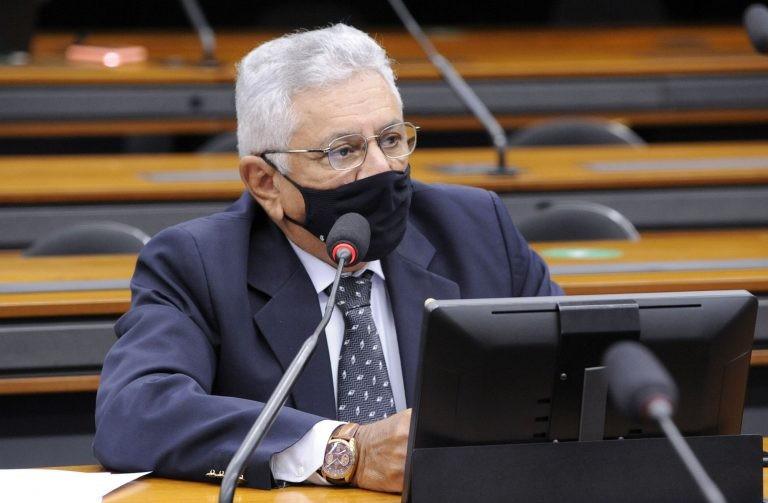 Costa retirou do projeto trecho que limitava benefícios - (Foto: Gustavo Sales/Câmara dos Deputados)