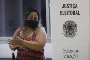 Eleitora em cabine de votação durante eleições municipais - (Foto: Fernando Frazão/Agência Brasil)