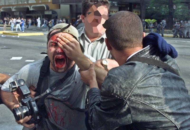 Momento em que o fotógrafo Alex Silveira foi atingido por uma bala de borracha durante cobertura de manifestação na Avenida Paulista - (Foto: Caio Guatelli)
