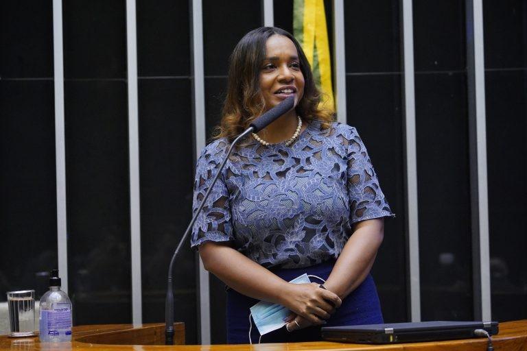 Tia Eron: mulheres chefiam cerca de 38% dos lares e possuem renda inferior - (Foto: Pablo Valadares/Câmara dos Deputados)