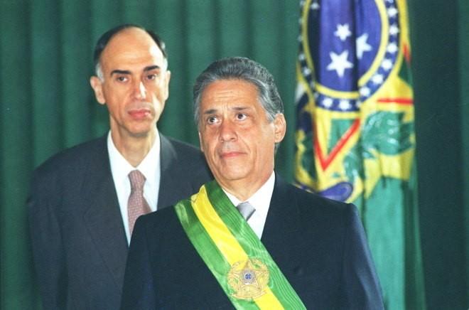 Ao fundo, o ex-vice-presidente Marco Maciel - (Foto: Ed Ferreira/Estadão Conteúdo - 1.1.1995)