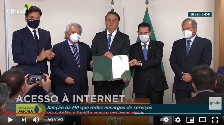 Ato de sanção de lei que reduz encargos de antenas de internet por satélite - (Foto: Youtube/Reprodução 15.06.2021)