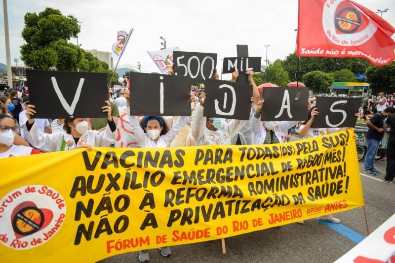Manifestantes protestam contra Bolsonaro e pedem