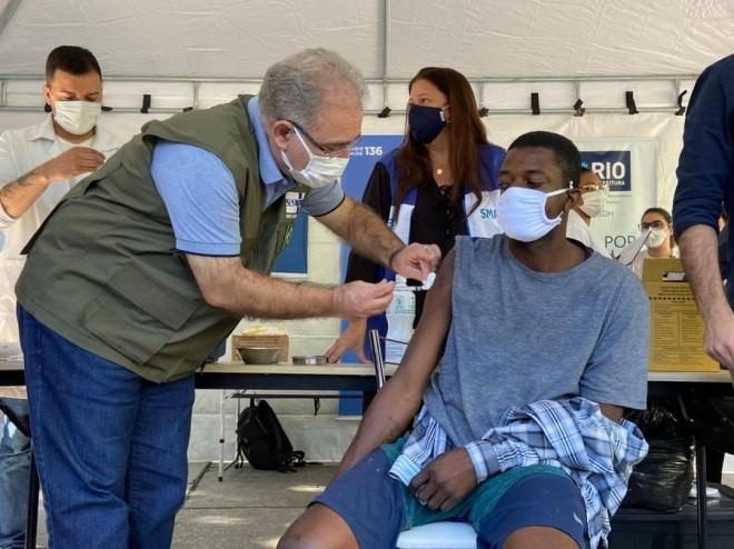 O ministro Marcelo Queiroga aplica vacina contra covid-19 - (Foto: Divulgação Ministério da Saúde - 18.6.2021)