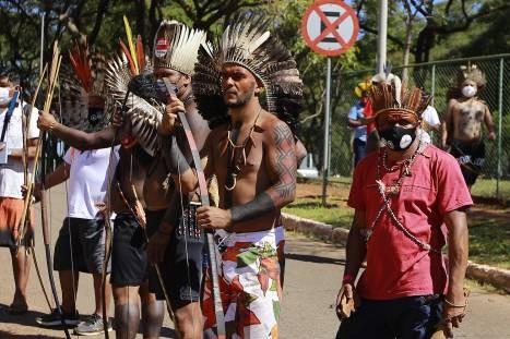 Indígenas participam de uma manifestação em frente à Câmara dos Deputados, em Brasília - (Foto: MARCOS SOUZA/NASCIMENTOSOUZAPRESS/ESTADÃO CONTEÚDO-22/06/2021)