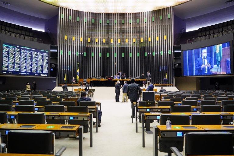 Deputados analisam propostas em Plenário - (Foto: Pablo Valadares/Câmara dos Deputados)