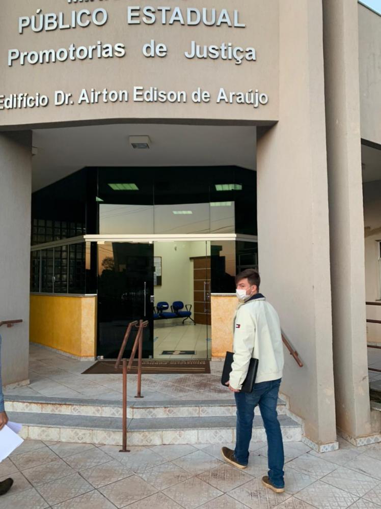 Prefeito Lucas Foroni entregando ao Ministério Público de Rio Brilhante documentos com denúncias de fraudes em gastos com o Cartão Taurus da prefeitura.