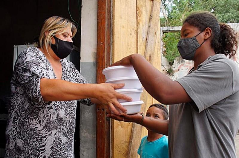 Doação de marmitas em Curitiba: estudo da FAO aponta que insegurança alimentar severa atingiu 7,5 milhões de pessoas no Brasil em 2020 - Giorgia Prates/Brasil de Fato