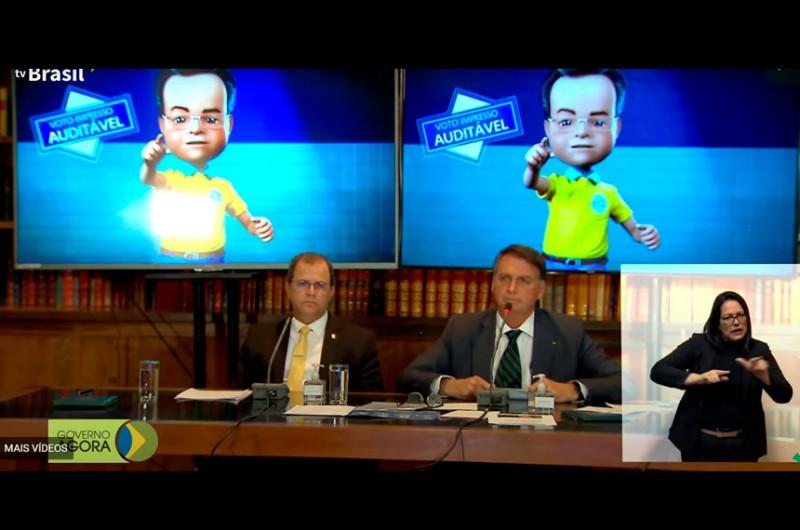 Em transmissão ao vivo pela TV Brasil, Bolsonaro exibiu vídeos e teorias que já foram desmentidos pelo Tribunal Superior Eleitoral - Reprodução/Tv Brasil